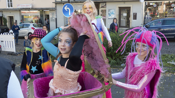 Kleine Künstlerinnen des Circus Rambazotti üben für die Casseler Freyheit
