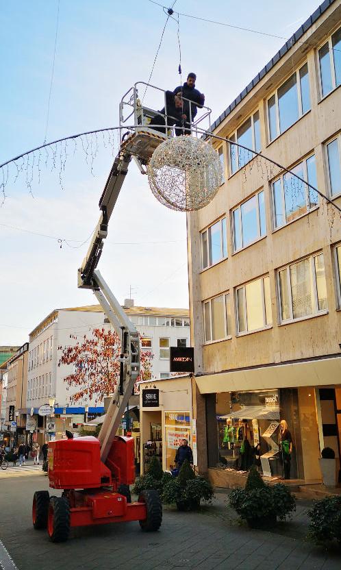 Installation der neuen Weihnachtsbeleuchtung durch Elektro-Neumann