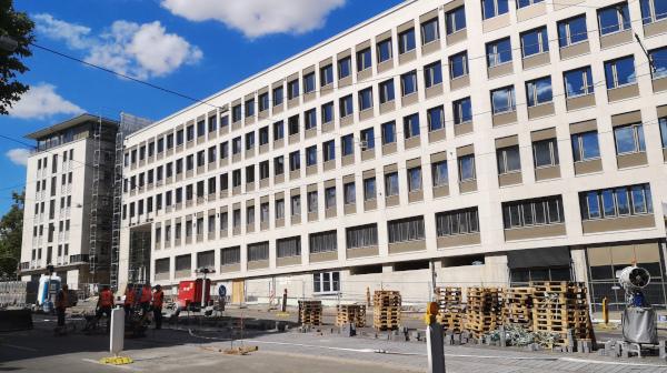 Bankgebäude fast fertig: Imposant und nachhaltig